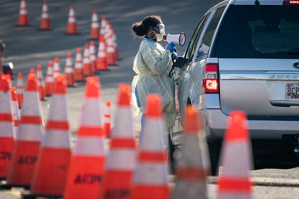 Arlington - Virginia「Drive Through Coronavirus Testing Site Opens In Arlington, VA」:写真・画像(15)[壁紙.com]