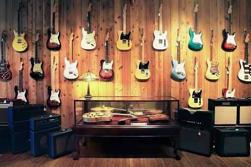 対称「Electric guitars and amplifiers in music store」:スマホ壁紙(8)