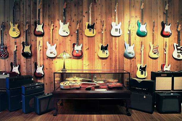 Electric guitars and amplifiers in music store:スマホ壁紙(壁紙.com)