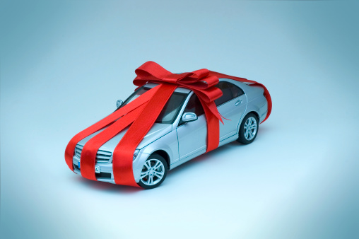 Gift「Miniature toy car wrapped in red ribbon with bow」:スマホ壁紙(13)