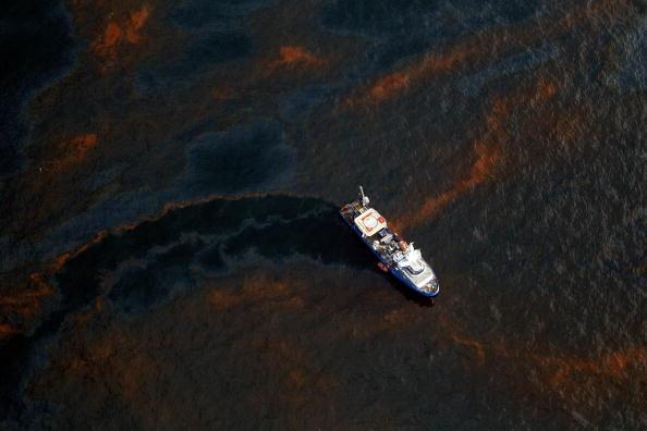 Oil Spill「Coast Guard Attempts Burning Off Oil Leaking From Sunken Rig」:写真・画像(1)[壁紙.com]
