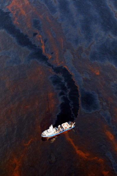 Deepwater Horizon「Coast Guard Attempts Burning Off Oil Leaking From Sunken Rig」:写真・画像(18)[壁紙.com]