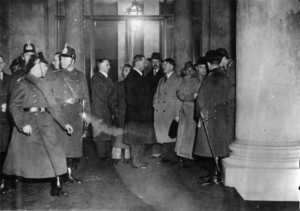 Advice「After the notification of the Reichstag fire politicians appeared: f.l.t.r. Karl Hanke (Goebbels secretary), Joseph Goebbels, Julius Schaub (Hitlers secretary), Prince August Wilhelm, Adolf Hitler, Winkler (Hitlers security agent) and Hermann Goering. Ber」:写真・画像(9)[壁紙.com]