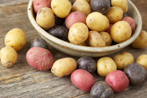 Red Potato「Raw multi-colored small potatoes in ceramic bowl on wood」:スマホ壁紙(4)
