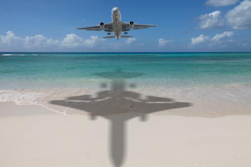Approaching「Airplane landing on a tropical island」:スマホ壁紙(4)