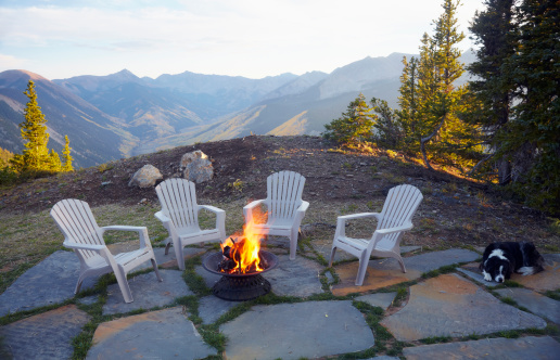 Fire Pit「USA, Colorado, Dog lying down by fire pit and four empty chairs」:スマホ壁紙(9)