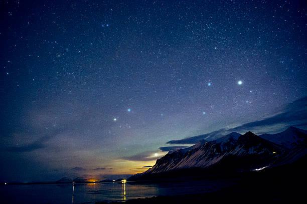 Starry sky over still ocean in arctic landscape:スマホ壁紙(壁紙.com)