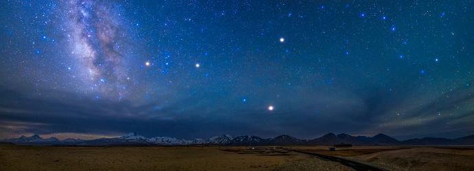 星空「A starry sky over the Himalayas in Tibet, China.」:スマホ壁紙(3)