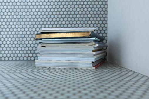 Focus On Background「Stack books on floor」:スマホ壁紙(7)