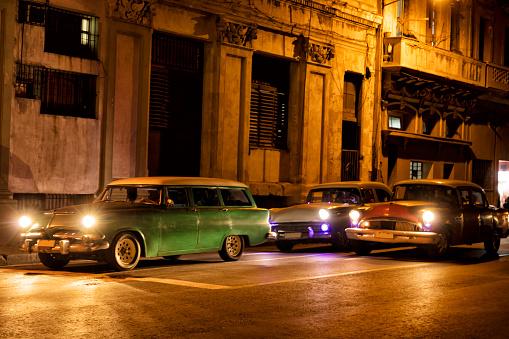 自動車「夜間、キューバのハバナで運転ビンテージ アメリカ車」:スマホ壁紙(19)