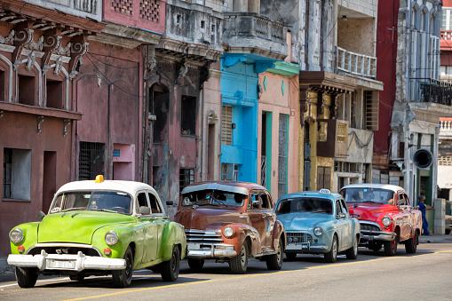 自動車「ビンテージアメリカン車での運転ハバナ,キューバ」:スマホ壁紙(18)