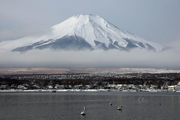 Mount Fuji「Scenic Views Of Snow Capped Mt. Fuji」:写真・画像(1)[壁紙.com]