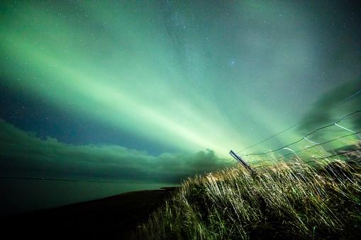 star sky「芝生のフィールドでオーロラの風光明媚なビュー」:スマホ壁紙(3)
