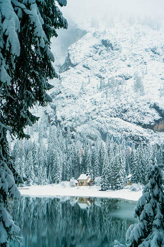 Eco Tourism「Scenic view of Lago di Braies lake in winter」:スマホ壁紙(11)