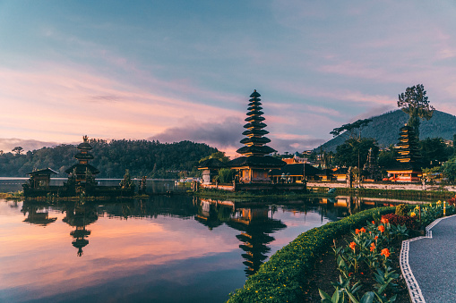 Balinese Culture「Scenic view of Ulun Danu Temple  in  Bali  at sunrise」:スマホ壁紙(13)