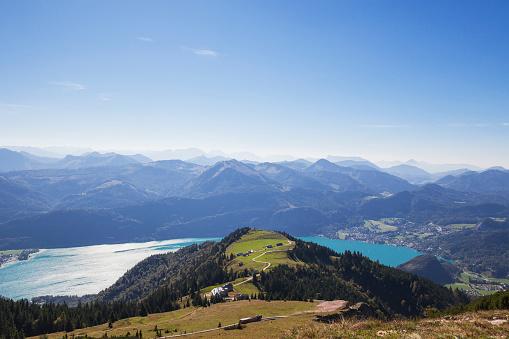 Salzkammergut「Scenic view of Watzmann mountain with lake against blue sky on sunny day seen from Schafberg Railway」:スマホ壁紙(13)