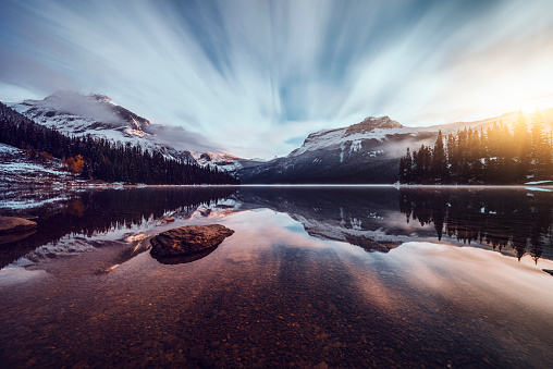 Yoho National Park「Scenic view of mountains at Emerald Lake」:スマホ壁紙(17)