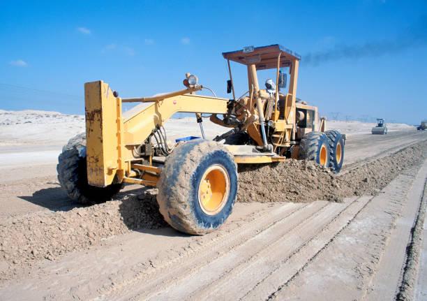A grader levels the desert ground for road base and later asphalting. Dubai, UAE.:ニュース(壁紙.com)