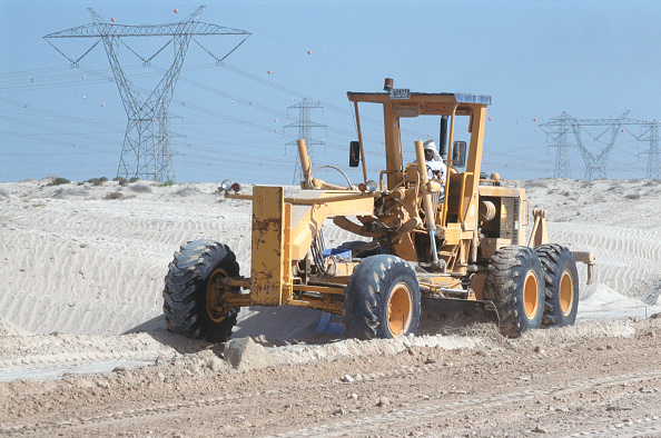 Indian Subcontinent Ethnicity「A grader levels the road base across the desert for later road preparation and asphalting. Dubai, UAE.」:写真・画像(17)[壁紙.com]