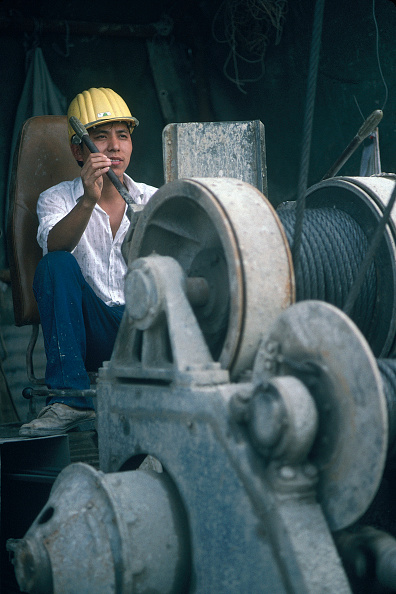 Hardhat「Chinese worker operating winch on site.」:写真・画像(19)[壁紙.com]