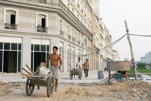 subUrbia - Named Work「Chinese workers walk through Tiandu Cheng, a Parisian-themed residential development under construction in Hangzhou, China, August 11, 2007.  The development was designed by the Hangzhou Urban planning institute with consultation from Atkins, a British a」:写真・画像(16)[壁紙.com]