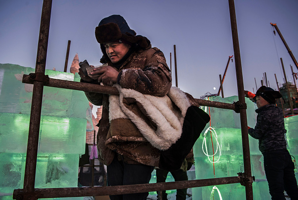 Sharpening「Workers In China Prepare For World's Largest Ice Festival」:写真・画像(9)[壁紙.com]