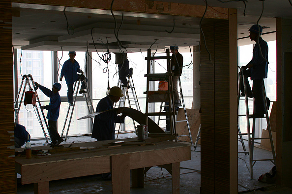 Ceiling「Chinese workers prepare partition walls in a new office tower in Beijing.」:写真・画像(4)[壁紙.com]