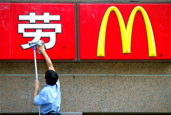 Entrance「Worker Cleans McDonald''s Sign」:写真・画像(15)[壁紙.com]