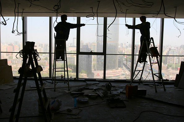 Ceiling「Chinese workers install ceiling panels in a new office tower in Beijing.」:写真・画像(7)[壁紙.com]