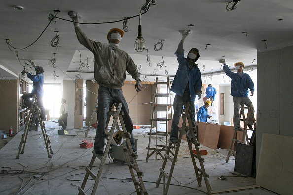 Construction Site「Chinese workers sanding ceiling plaster in a new office tower in Beijing.」:写真・画像(17)[壁紙.com]
