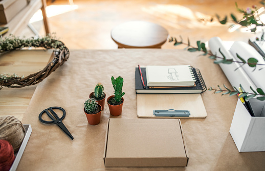 Flower Shop「Cacti and accessories on table」:スマホ壁紙(18)
