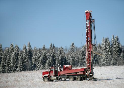 Hydraulic Platform「Red Drilling Rig in Alberta in Winter」:スマホ壁紙(4)