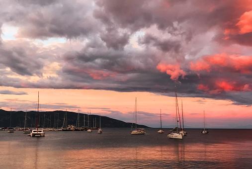 ビーチ「Keramoti、ギリシャの港のヨット」:スマホ壁紙(11)