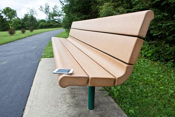 Smartphone left on park bench:スマホ壁紙(壁紙.com)