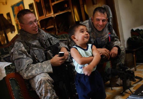 """Emotional Stress「US """"Surge"""" Soldiers Patrol Tense Baghdad Neighborhood」:写真・画像(2)[壁紙.com]"""