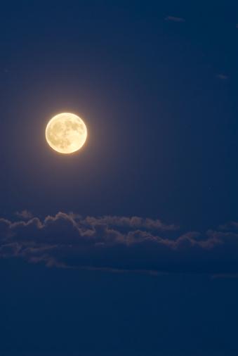 月「満月と雲」:スマホ壁紙(2)