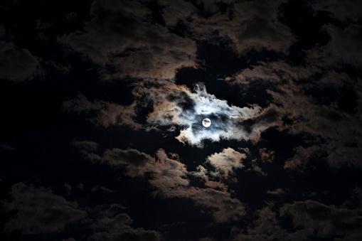 月「Full moon at cloudy night」:スマホ壁紙(4)