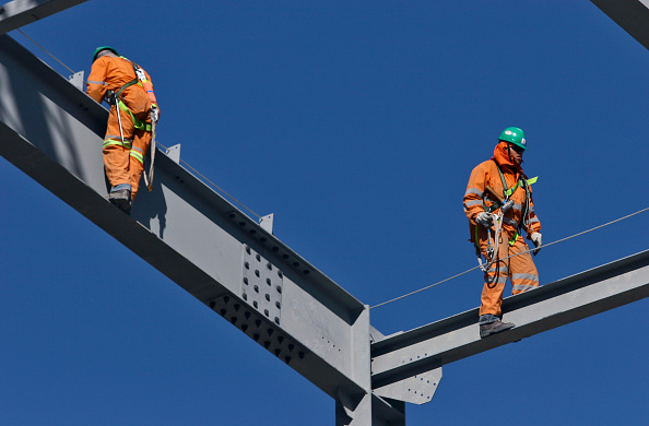 Construction Worker「Steel workers walking on steel beams with safety attachment」:写真・画像(13)[壁紙.com]