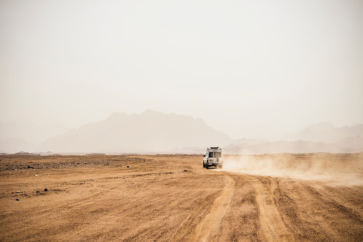 Dirt Road「Off-road vehicle moving on arid landscape against clear sky during sunny day, Suez, Egypt」:スマホ壁紙(19)