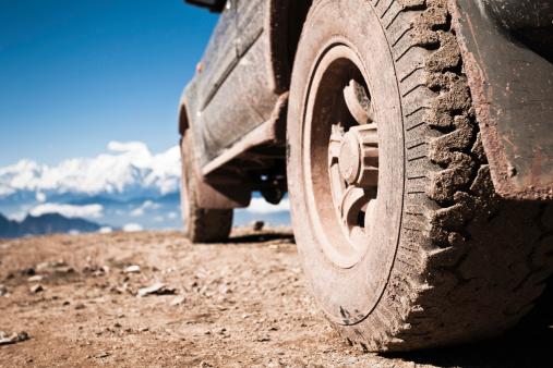 エクストリームスポーツ「オフロード車で山のピーク」:スマホ壁紙(1)