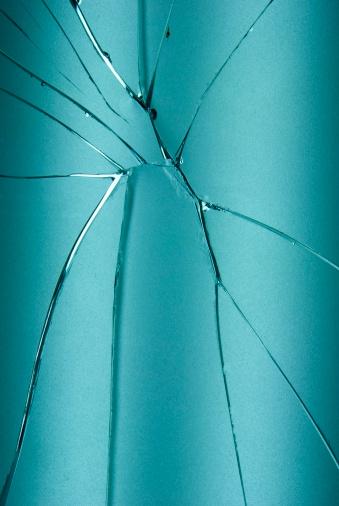 割れガラス「ブルーの割れや壊れたガラスの背景」:スマホ壁紙(11)