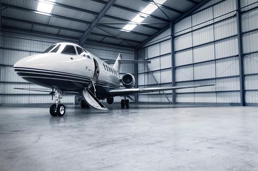 Celebrities「Hangar with jet」:スマホ壁紙(9)