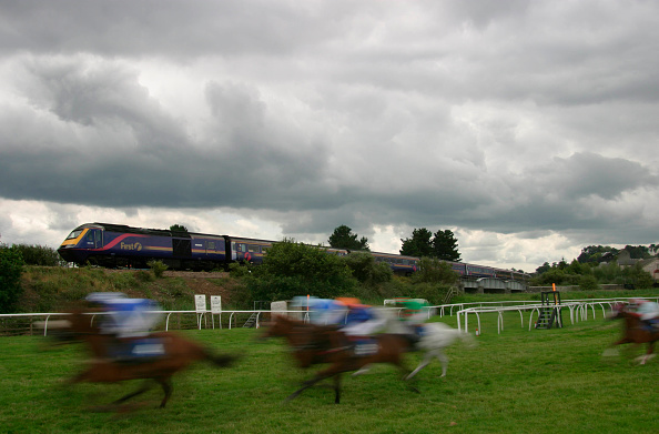 Sports Track「A First Great Western HST passes the racecourse at Newton Abbott in Devon as the race passes in a blur of speed. July 2004」:写真・画像(0)[壁紙.com]
