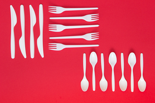 Artificial「Plastic cutlery on red background」:スマホ壁紙(3)
