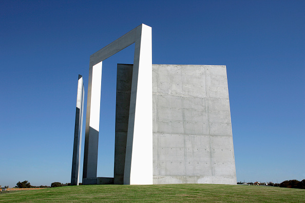 Copy Space「Cement sculpture Portas do Montijo by sculptor architect Nuno Teotonio Peireira」:写真・画像(16)[壁紙.com]