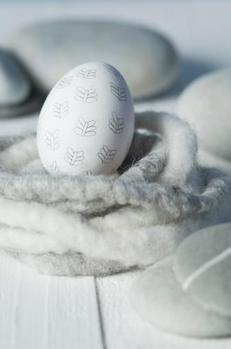 イースター「Easter egg in nest with pebbles, close up」:スマホ壁紙(8)