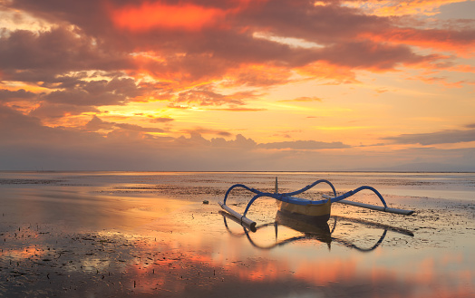 ビーチ「Jukung on beach at sunset, Sanur beach, Denpasar, Bali, Indonesia」:スマホ壁紙(17)