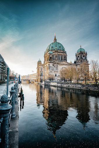 Famous Place「Berlin Cathedral with reflection in river at morning hour」:スマホ壁紙(14)