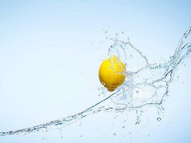 Whole Lemon and a water splash:スマホ壁紙(壁紙.com)