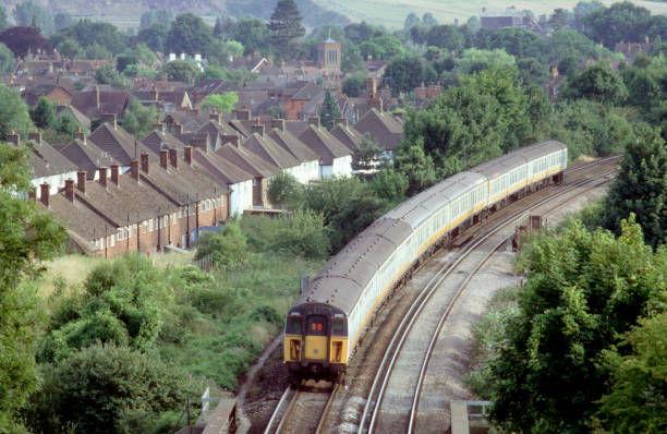 The decreasing numbers of slam door EMU trainsets are being used in Kent and Sussex on various services to London termini. A trio of 4-car 4-CIG trainsets form a London - Brighton service as they curve through the Kent countryside near Merstham.:ニュース(壁紙.com)
